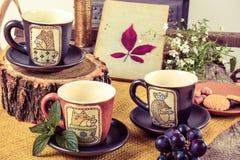 3 пустых чашки для чая на ретро деревянном столе Стоковые Фотографии RF