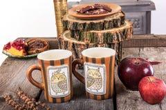 2 пустых чашки для чая на ретро деревянном столе Стоковая Фотография