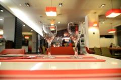 2 пустых чистых стекла на таблице в ресторане Стоковая Фотография
