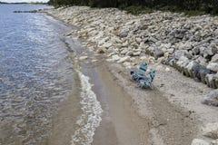 2 пустых шезлонга сидя вдоль пляжа водой Стоковая Фотография RF