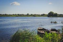 2 пустых шлюпки плавая около деревянной пристани Стоковые Изображения RF