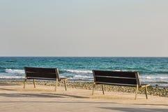 2 пустых benchs обозревая Средиземное море Стоковые Изображения