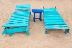 2 пустых sunbeds бирюзы на пляже. Стоковая Фотография RF