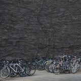 Путать велосипедов полагаясь на одине другого в городке университета Стоковые Изображения RF