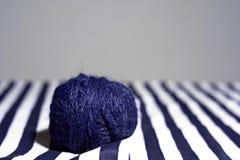 Путать голубого потока для вязать на striped предпосылке и космоса для текста Стоковое Изображение