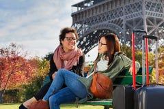 2 путешественника имея остатки после длинной прогулки в Париже Стоковое Изображение RF