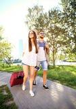 2 путешественника на каникулах идя вокруг города с багажом Стоковое фото RF