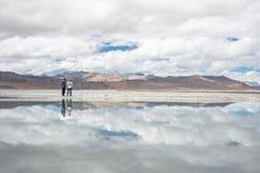 2 путешественника остаются около озера Tso Kar в Гималаях, Индии, парне Стоковое Изображение RF
