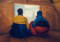 2 путешественника отдыхают в старой хате горы Стоковые Фото