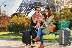 2 путешественника пробуя macarons сидя на стенде Стоковые Фотографии RF