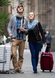 2 путешественника с цифровой фотокамера идя через улицу города Стоковая Фотография