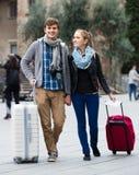 2 путешественника с цифровой фотокамера идя через улицу города Стоковое фото RF