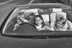 Путешественники детей счастливые друзья детей в автомобиле Стоковые Изображения RF