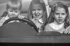 Путешественники детей счастливые друзья детей в автомобиле Стоковое фото RF