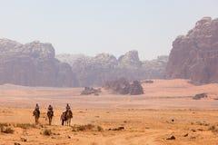 Путешественники исследуют пустыню в роме вадей, Джордане стоковое изображение rf