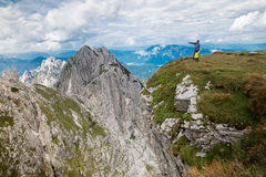 Путешественники или hikers в горах в национальном парке Trigla Стоковые Фото