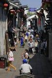 Путешественники идя в улицу yuehe Стоковые Изображения