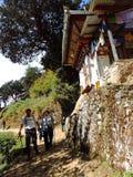 Путешественники к Paro Taktsang Бутана стоковые фото