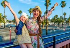 Путешественники матери и дочери на ликовании обваловки стоковое изображение