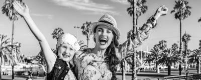 Путешественники матери и дочери на ликовании обваловки стоковая фотография