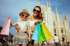 Путешественники матери и дочери с красочными хозяйственными сумками стоковые фотографии rf