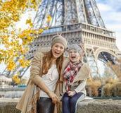 Путешественники матери и ребенка имея время потехи в Париже, Франции стоковые фото