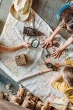 Путешественники маленьких ребеят сидя совместно на крылечке с картой Стоковое Фото