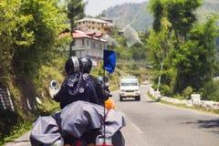 Путешественники на дальнем расстоянии катания мотоцилк на дороге большой возвышенности гористой Himachal Pradesh стоковые изображения