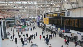 Путешественники на станции St Pancras в Лондоне сток-видео