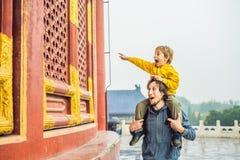 Путешественники папы и сына в Temple of Heaven в Пекин Одна из главных достопримечательностей Пекин Путешествовать с семьей стоковые изображения rf