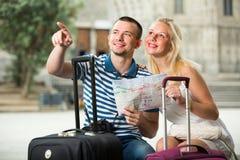 Путешественники пар держа карту стоковое фото rf
