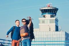 Путешественники принимая selfie на авиапорт Стоковая Фотография