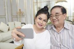 Путешественники принимая selfie стоковые фотографии rf