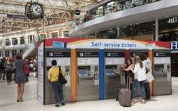 Путешественники рельса покупая билеты стоковые фотографии rf