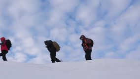Путешественники следовать одним другое вдоль снежного гребня Хорошо координируемый туризм сыгранности в зиме Люди сыгранности вну видеоматериал