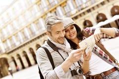 Путешественники смотря карту города Стоковое фото RF