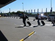 Путешественники с их багажом на авиапорте Стоковое Изображение RF