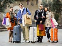 Путешественники с хозяйственными сумками на улице Стоковое Изображение
