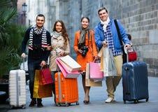 Путешественники с хозяйственными сумками на улице Стоковые Изображения RF