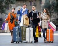 Путешественники с хозяйственными сумками на улице Стоковые Фотографии RF