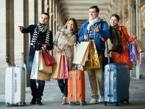 Путешественники с хозяйственными сумками на улице Стоковая Фотография RF