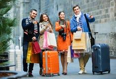 Путешественники с хозяйственными сумками на улице Стоковое Фото