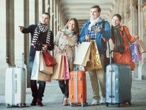 Путешественники с хозяйственными сумками на улице Стоковые Изображения