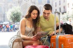 Путешественники читая карту города Стоковая Фотография RF
