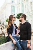 Путешественники любящие пары идя через город Стоковое Изображение