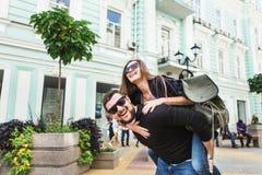 Путешественники любящие пары идя через город Стоковое Изображение RF