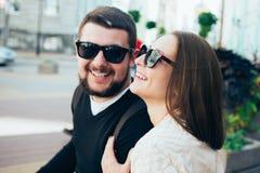Путешественники любящие пары идя через город Стоковые Изображения