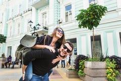 Путешественники любящие пары идя через город Стоковые Фотографии RF