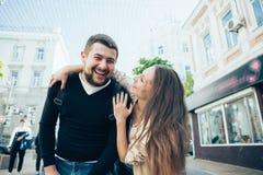 Путешественники любящие пары идя через город Стоковые Изображения RF