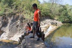 Путешественники, hikers около резервуара Путешествуйте приключение и пеший образ жизни деятельности, активных и здоровых на летни Стоковое Фото